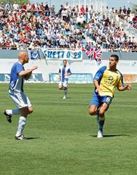 Vitolo, a la lucha de un balón por alto