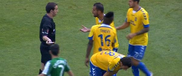 El árbitro se 'cargó' el encuentro en cinco minutos (VÍDEO)