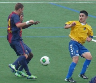 Leto puja por el esférico en el partido contra el Barcelona / Manuel Dopazo (mariodelasanta.blogspot.com.es)
