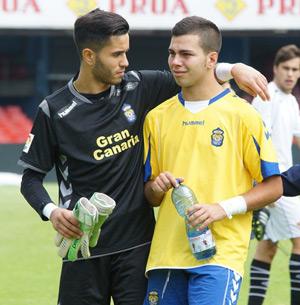 Alexander Guanche (izquierda) consuela a Alejandro Rodríguez 'Pipo' tras caer eliminados ante el Sevilla / Santi Pérez (udlaspalmas.net)