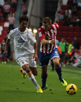 Masoud persigue a Mandi, en una acción del partido / Web Oficial Sporting de Gijón