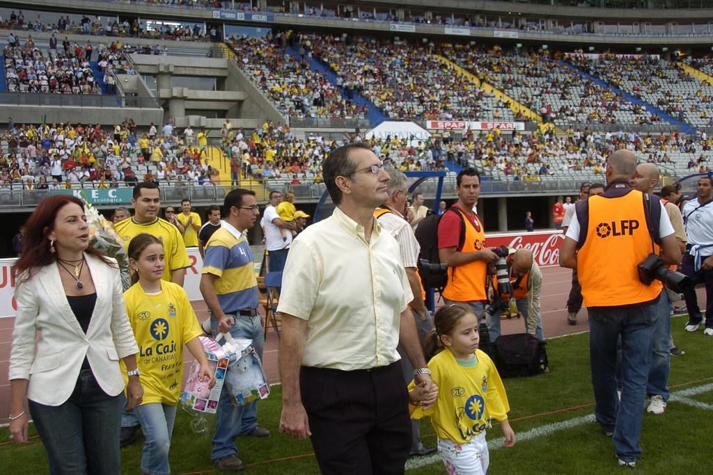 Cobo Plana junto a su familia en el año 2006 en un derbi ante el CD Tenerife, en el que recibió un homenaje