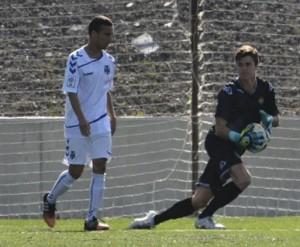 Sasha Roche ante Giovanni, del Tenerife / Gelo Hdez.
